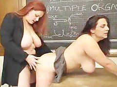 Strap On Fick im Klassenzimmer