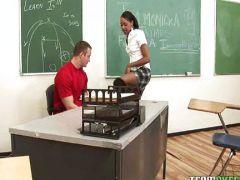 Lehrer fickt mit der schwarzen Schülerin
