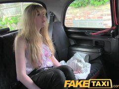 Sie bezahlt den Taxifahrer mit einem Fick